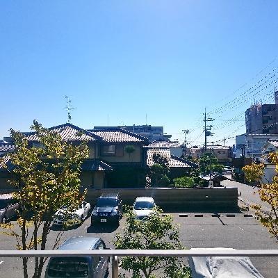バルコニーからが敷地内駐車場が見えます。