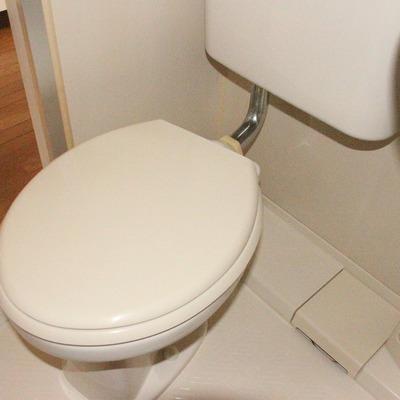 お手洗いもシンプル(※通電前です/フラッシュ撮影です)