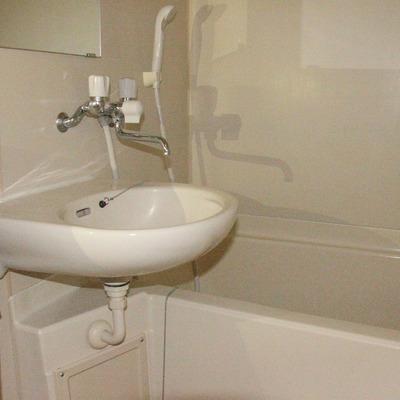 洗面台とバスタブ、無駄なものがなくスッキリとした浴室です(※通電前です/フラッシュ撮影です)