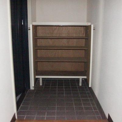 広めの玄関スペースには4段あるシューズボックスを完備(※通電前です/フラッシュ撮影です)