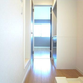 玄関から。日差しがまぶしいっ!※写真は別部屋です。