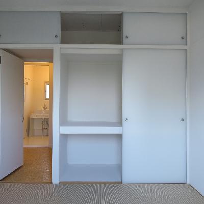 こちらのお部屋はたっぷり収納。※写真は同じ間取りの別室