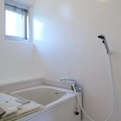 お風呂は小窓付き。※写真は同じ間取りの別室