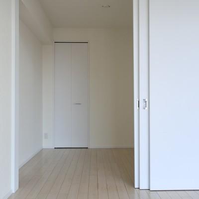 寝室は小さめ。