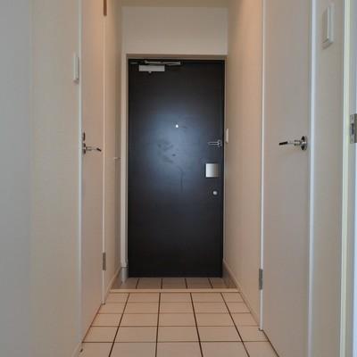 廊下もホワイトのタイルでお洒落に。
