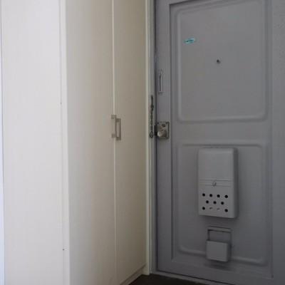 玄関には大きなシューズボックスが