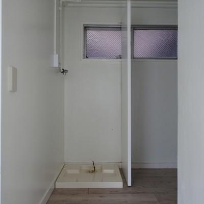 玄関前に洗濯機置き場。