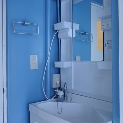洗面はブルーで爽やかに。