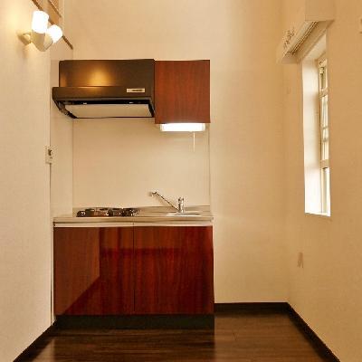 キッチンスペースは冷蔵庫置場もあってダイニングテーブルも小さい物なら置けます。