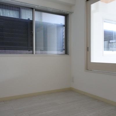 寝室にも窓が!ものを取るのに便利そう。。。