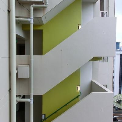 ベランダからは階段が見えていますが右は開けています!