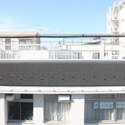 窓の外には低層の建物があります
