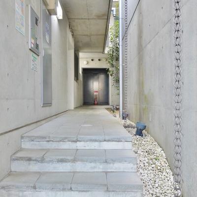 シャープな共有廊下。