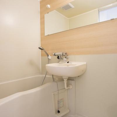 お風呂と洗面台は併設ですが、ピカピカに!