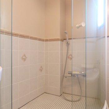 シャワーブースが別に設けられてます