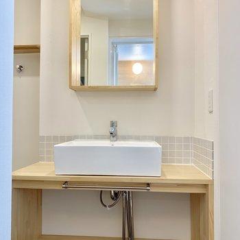 鏡の木枠がかわいい洗面台!