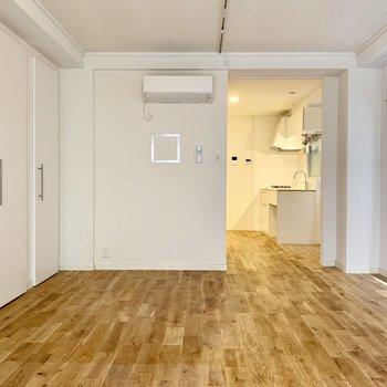 どの角度から見ても美しいオークの無垢床…!