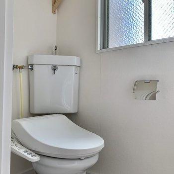 トイレにはウォシュレット付!ここにも窓があります◎