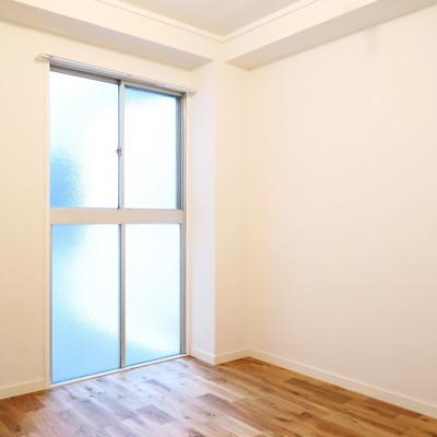 洋室にも大きな窓があります!