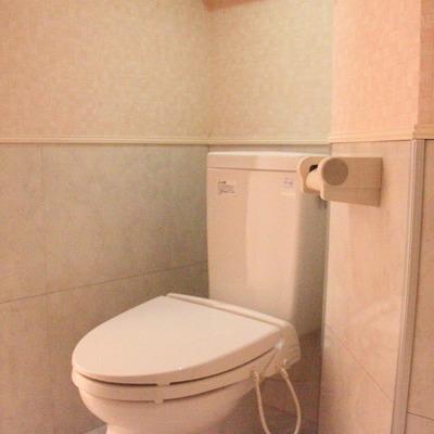トイレは洗面台と同一空間に(通電前です)