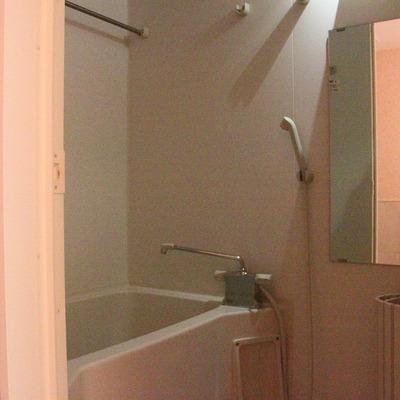 お風呂には大きな鏡付き(通電前です)