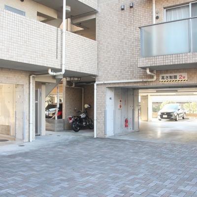 敷地内には、余裕のある駐車スペースを確保