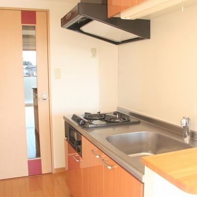 キッチン横の小さなカウンターは便利!