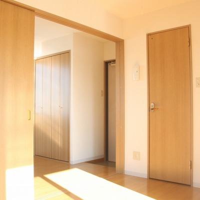 扉を閉めれば、キッチンとリビングが隔てることもできます