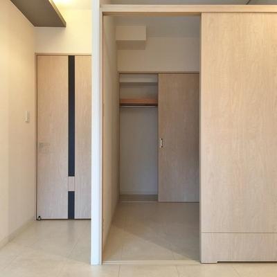 寝室の奥にちょっと小さいですが収納もあります。