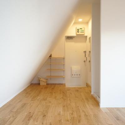 斜めの壁で変わったお部屋です!