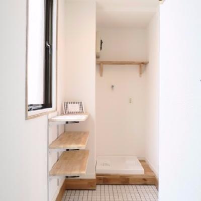 玄関は白タイルに。可動棚と洗濯パンも玄関付近に新設されます。※写真はイメージです