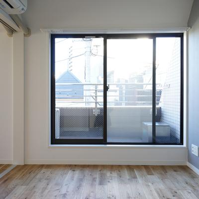 こちらも窓が大きく明るい空間◎
