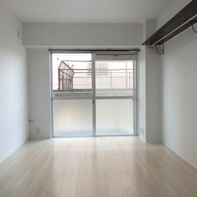 洋室にも南側に窓があり