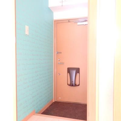 ポップな壁紙の玄関
