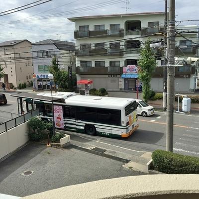 西面はバス通に面してます。ついでにバス停が目の前に