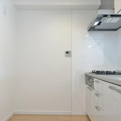 キッチンも広いので冷蔵庫も食器棚も置けます
