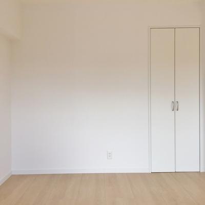 LDK横の小部屋にも軽い収納あり