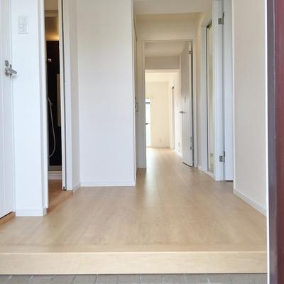 玄関もベビーカーを置ける十分な広さあり。