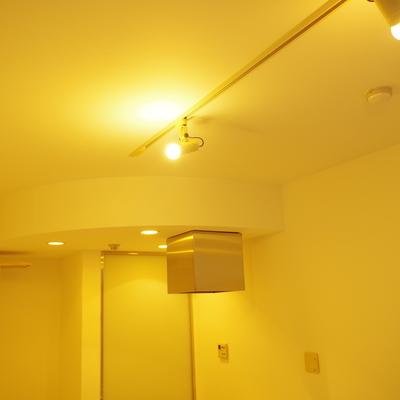 敢えて天井を下げてキッチンエリアをさりげなく主張。にくい演出。