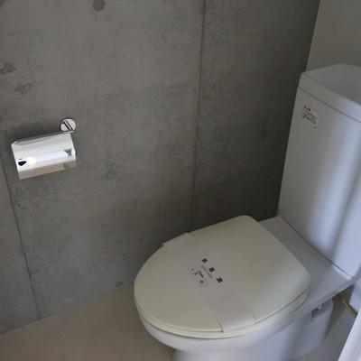 トイレも打ちっぱなし。