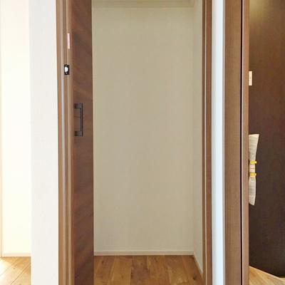 玄関の横にもさりげなくクローゼット。