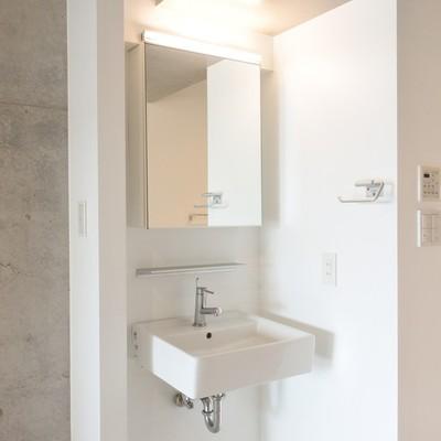 洗面はオープンな位置に。意外と利便性は◎