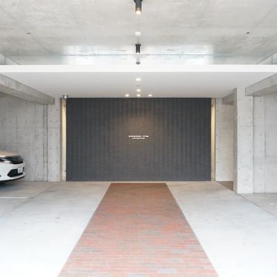 屋内にも駐車場のある大きなマンション