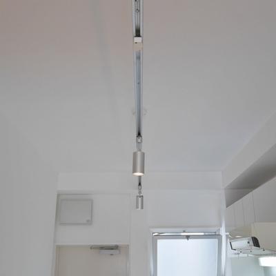 キッチン前の可動照明がよい