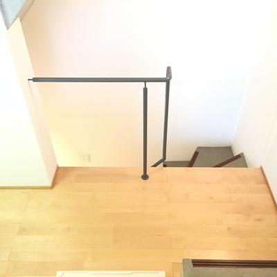 1Fからキッチンにかけて段差。更に階段を降りればバスルームです