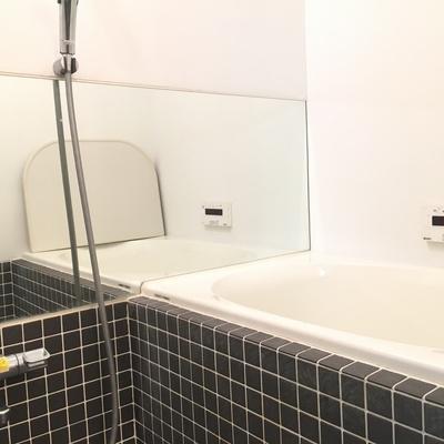 お風呂のタイルがとてもおしゃれです。鏡もおおきくて◎※写真は前回募集時のものです