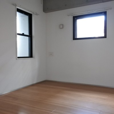 寝室の窓は小さめ。プライバシー重視◎
