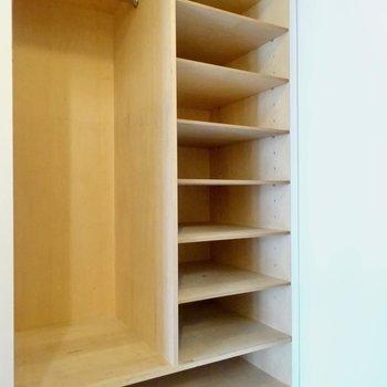 玄関には靴箱とクローゼット※写真は4階の同間取り別部屋のものです