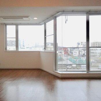 大きな窓が2つ!※写真は4階の同間取り別部屋のものです