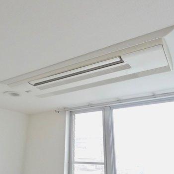 エアコンはフラットデザイン※写真は4階の同間取り別部屋のものです
